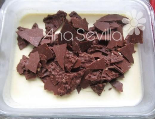Sin que se haya congelado del todo, mezclar con las láminas de chocolate