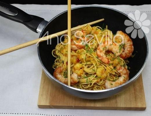 Noodles con gambas al curry