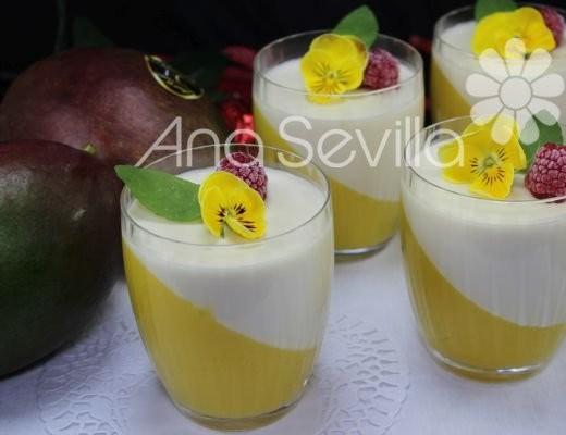 Vasos de panna cotta de nata y mango