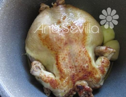 Una vez semi-guisado introducir patatas y dar la vuelta al pollo