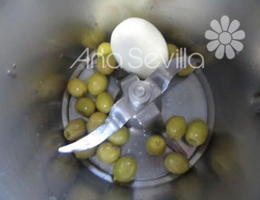 Picar huevo cocido y aceitunas