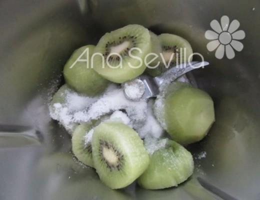 Triturar los kiwis con sucrafor o azúcar