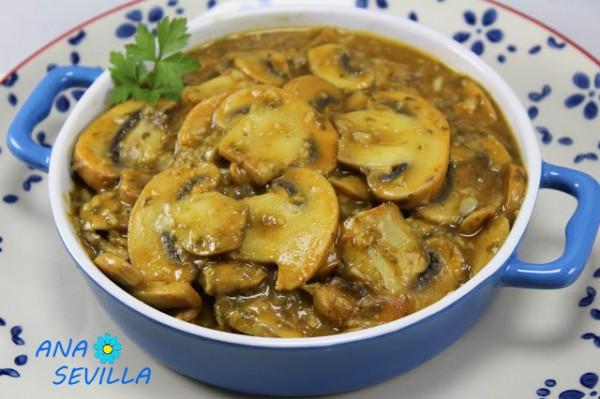 Champiñones en salsa de pimentón cocina tradicional.Ana Sevilla