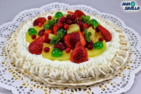 Tarta Pavlova de nata y frutas Thermomix