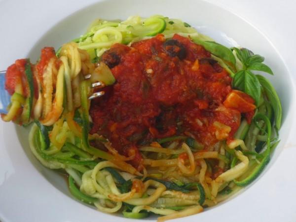 Espaguetis de calabacín a la putanesca Ana Sevilla cocina tradicional